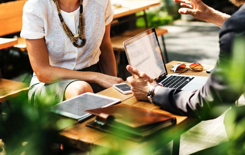 Un intérprete debe conocer las particularidades de la cultura de las personas a las que esta ayudando, para que las conversaciones lleguen a buen puerto